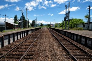 JR富良野線のホームと千代ヶ岡駅舎から続く線路